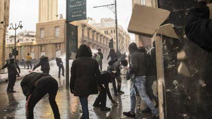 Grupo de manifestantes enfrenta forças de segurança libanesas no sábado em Beirute.
