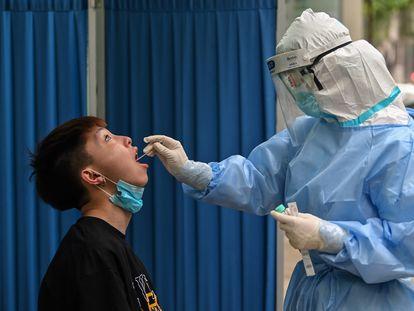 Agente realiza teste de coronavírus em Wuhan, na China, primeiro foco da doença.