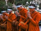 31 March 2020, Thailand, Bangkok: Thai monks wear protective masks as a preventive measure against the spread of coronavirus (COVID-19) pandemic while praying at the streets of Bangkok. Photo: Prawet Puengsawangphol/SOPA Images via ZUMA Wire/dpa   31/03/2020 ONLY FOR USE IN SPAIN