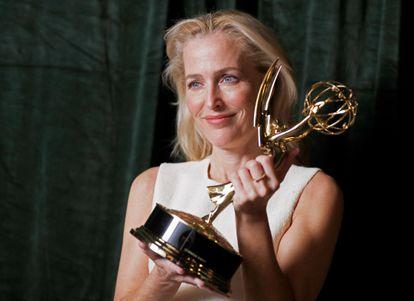 Gillian Anderson vencedora do Emmy de melhor atriz coadjuvante em série dramática por seu papel em The Crown.