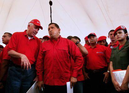 O ex-ministro de Energia e Petróleo Rafael Ramírez (primeiro pela esquerda) e o ex-presidente de Venezuela Hugo Chávez em Caracas em outubro de 2008.