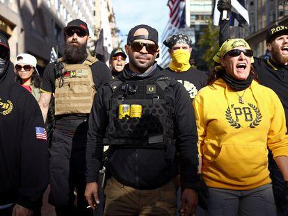 Membros do grupo Proud Boys em uma manifestação a favor de Trump em novembro.