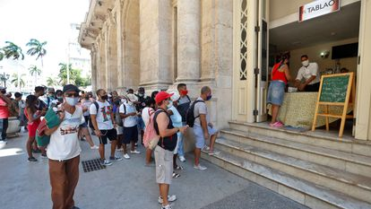Cidadãos fazem fila em uma lanchonete de Havana, no último sábado.