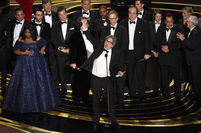 Peter Farrelly, ao centro, e o elenco de 'Green Book', ao receber o Oscar 2019 de melhor filme.