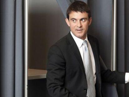Manuel Valls sai da cabine depois de ter votado nas eleições europeias no domingo.