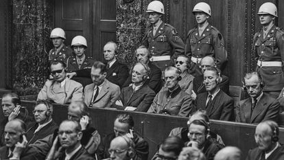 Os julgamentos de Nuremberg na sessão de 30 de setembro de 1946. A partir da esquerda, Hermann Göring (com óculos pretos), Rudolf Hess, Joachim von Ribbentrop, Wilhelm Keitel, Ernst Kaltelbruner e Alfred Rosenberg