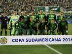Los jugadores del Chapecoense, el equipo que viajaba en el avión siniestrado en Colombia, posan al inicio de un partido la semana pasada.