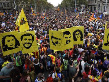Onda de protestos chega ao quinto dia com greve geral e manifestação unificada em Barcelona; prisão de líderes catalães independentistas motivou atos em todo o país