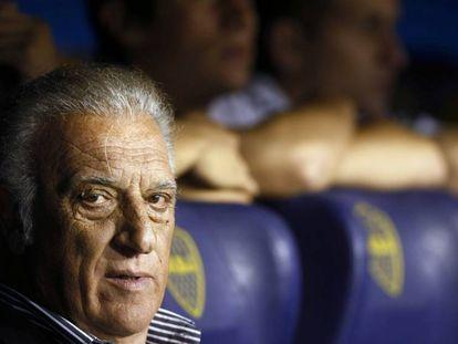 Alfio Basile, no banco do estádio La Bombonera.