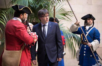O presidente da Generalitat, Carles Puigdemont, recebe a Coronela e os Miquelets [regimentos militares tradicionais relacionados à guerra da Sucessão, entre 1701 e 1714) na Diada (Dia Nacional da Catalunha) de 2016