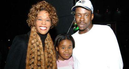 Bobbi Kristina Brown, entre seus pais, antes de se divorciarem.