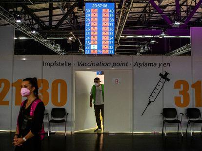 Centro de vacinação do Arena Treptow em Berlim, Alemanha, na última segunda-feira.