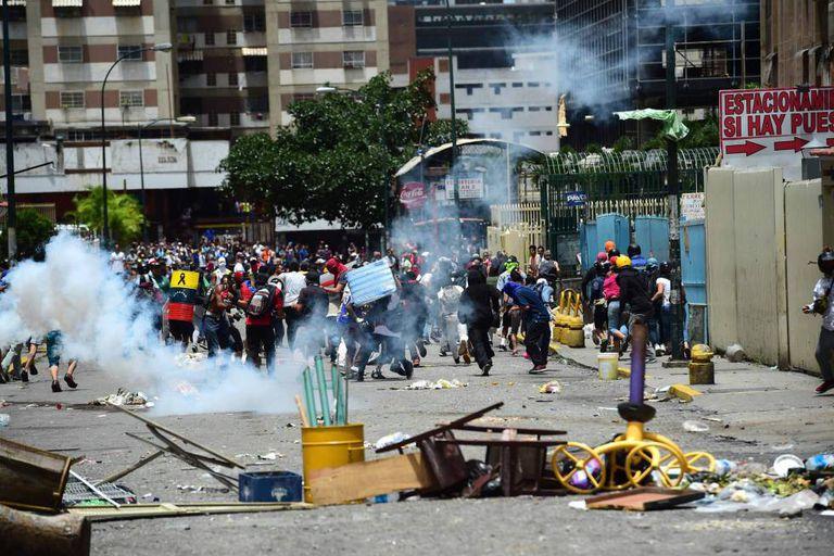 Confronto entre oposicionistas do Governo e a tropa de choque em Caracas.