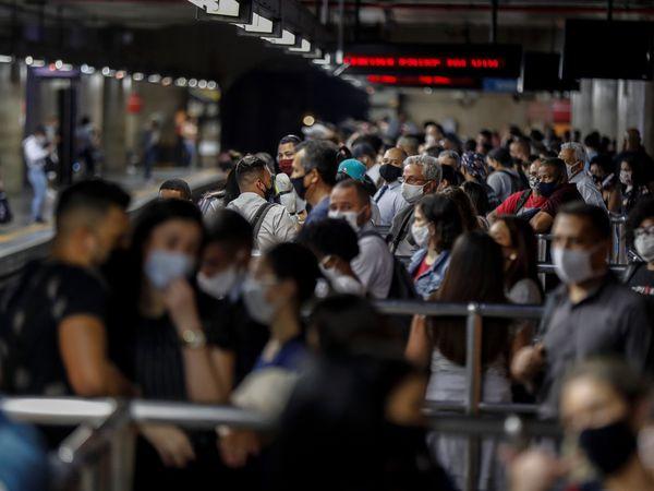 AME8684. SAO PAULO (BRASIL), 24/06/2020.- Pasajeros son vistos mientras usan tapabocas como precaución contra la propagación del nuevo coronavirus, este miércoles en la estación de metro de Sé en el centro de Sao Paulo (Brasil). Brasil registró 1.185 muertes por el nuevo coronavirus en el último día, con lo que el balance total de fallecidos ascendió hasta los 53.830, mientras que el número de casos confirmados aumentó en 42.725, informo este miércoles el Gobierno. EFE/Sebastião Moreira