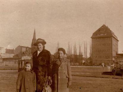 Bärbel Schreiner, com sua mãe e seu irmão em Demmin em 1944.