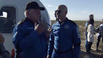William Shatner, à esquerda, fala com Jeff Bezos enquanto desce da espaçonave perto de Van Horn, Texas.