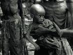 Dezembro de 1996. No povoado de Biaro, a Cruz Vermelha do Zaire (trazida pelos rebeldes de Kabila, que querem garantir que os corpos sejam enterrados o mais rápido possível, por medo de uma epidemia de tifo) faz a contagem de todos os órfãos: mais de mil crianças. Elas são alinhadas ao longo da ferrovia. São filhos de refugiados hutus.