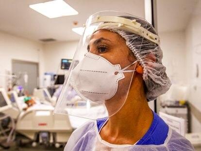 Uma médica atende pacientes com covid-19 no Hospital das Clínicas de Porto Alegre, em 7 de janeiro.