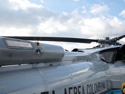 Marcas de bala no helicóptero por onde viajava Iván Duque, em imagem divulgada pela presidência da Colômbia.