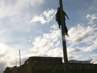 Um boneco de pano pendurado em um poste em El Alto.