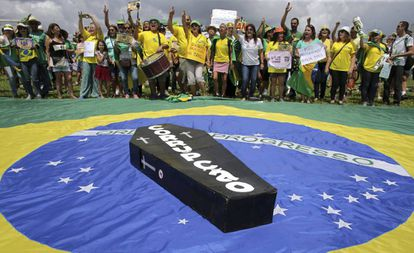 Manifestantes protestam diante do Congresso Nacional, em Brasília.