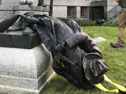 A estátua derrubada em Durham, nos EUA.
