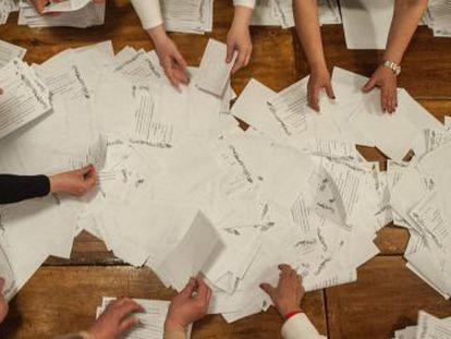 O autodenominado comitê eleitoral conta votos em Donetsk.