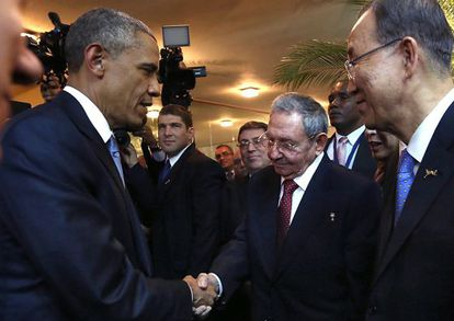 Barack Obama cumprimenta Raúl Castro.