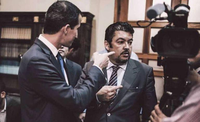 Roberto Marrero (no centro) com Juan Guaidó (esquerda), em foto divulgada por Marrero em sua conta do Instagram