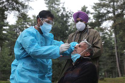 Um homem é submetido a um teste de covid-19 na Índia nesta quinta-feira. País asiático vive colapso sanitário por conta da nova cepa