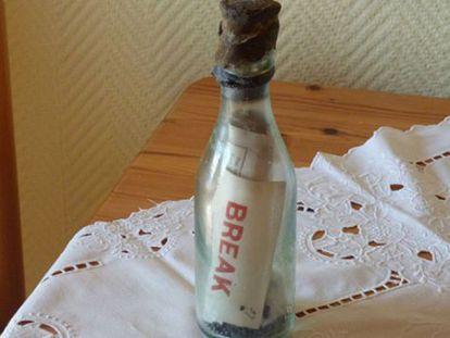 A garrafa com a mensagem, antes de ser aberta.