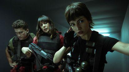 Úrsula Corberó, Jaime Llorente e Belén Cuesta na rodagem da quinta temporada de 'A casa de papel'.