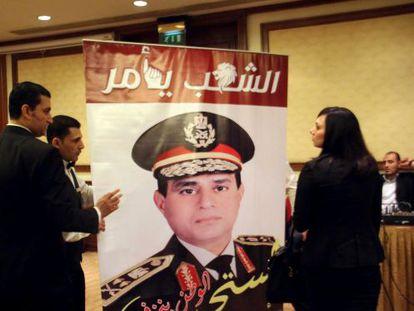 Seguidores de Al Sisi com um cartaz do general.