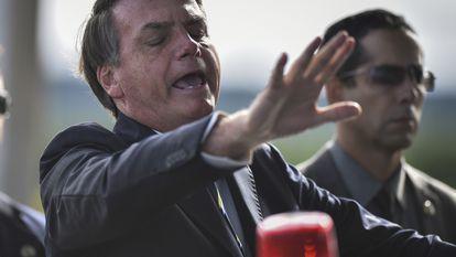 O presidente Jair Bolsonaro em encontro com apoiadores e jornalistas na porta do Palácio do Alvorada, no dia 27 de março.