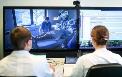 Equipe médica trata um paciente com telemedicina em um hospital em Aachen (Alemanha), em janeiro último.
