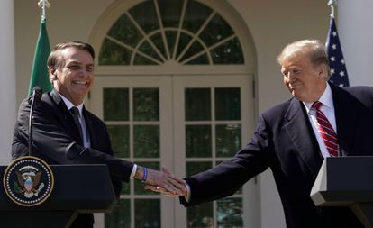 Bolsonaro e Trump se cumprimentam nesta terça-feira na Casa Branca.