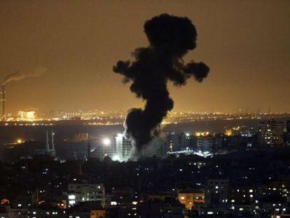 Colunas de fumaça depois de um ataque israelense sábado em Gaza.