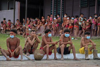 Membros da etnia Yanomami usam máscaras em um pelotão de fronteira para realizar testes da covid-19.