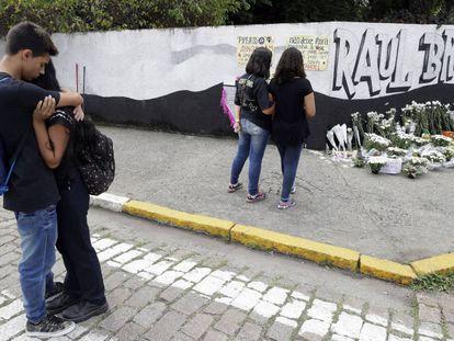 Estudantes prestam homenagem às vítimas da Escola Estadual Raul Brasil, em Suzano.