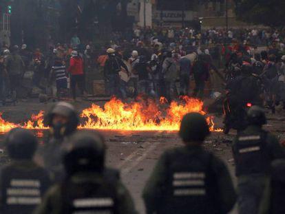 Confronto entre manifestantes e as forças de segurança venezuelanas.