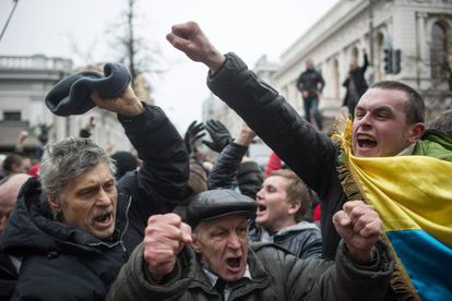 Os manifestantes comemoram a destituição de Yanukovich.