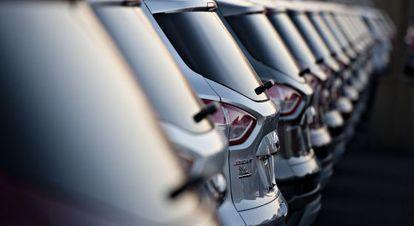 Uma fila de veículos em uma fábrica de Ford.