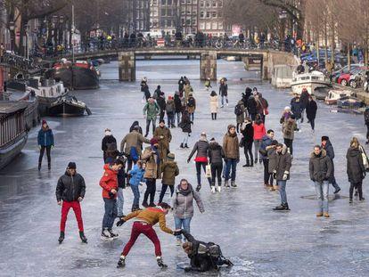 Patinação no gelo pelos famosos canais de Amsterdã, em imagens
