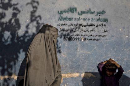 Uma mulher e seu filho em Kandahar, na semana passada.