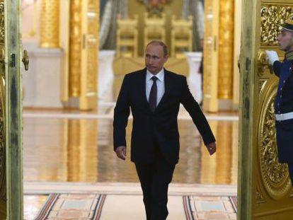 O presidente Putin na entrada de um salão do Kremlin nesta terça-feira.
