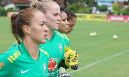 Maike treinando pela seleção, ao lado das também goleiras Dani, Camila e Géssica.