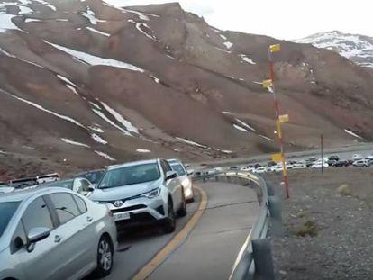 Motoristas esperam para atravessar a fronteira com o Chile.