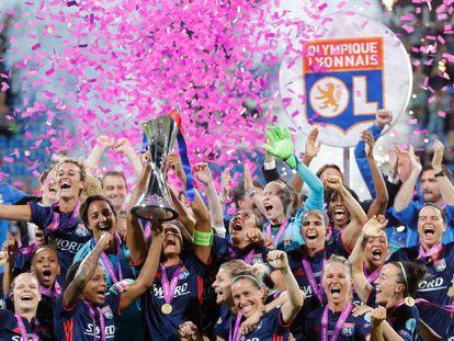 Jogadoras do Lyon comemoram o título europeu, em Kiev.
