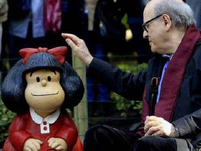 Quino ao lado da escultura da Mafalda no bairro de San Telmo, em Buenos Aires.