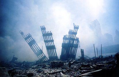 Restos das Torres Gêmeas de Nova York, depois dos atentados de 11 de Setembro de 2001.